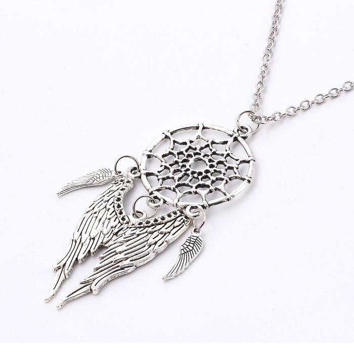 Dames ketting uitgevoerd in zilver kleur met dreamcatcher en angel wings. hoofdomtrek 50cm