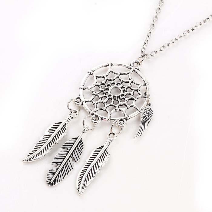 Dames ketting uitgevoerd in zilver kleur met dreamcatcher en autumn leafs. hoofdomtrek 50cm