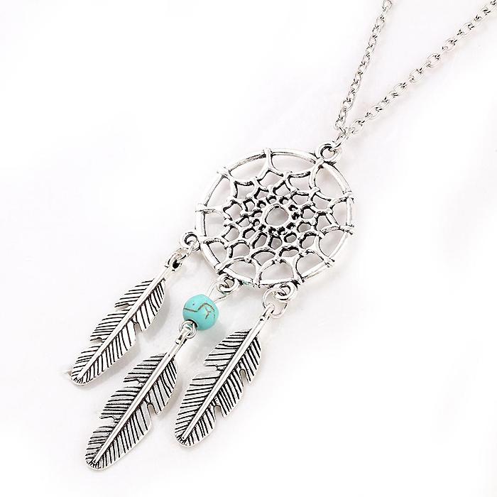 Dames ketting uitgevoerd in zilver kleur met dreamcatcher en een turquoise bedel. hoofdomtrek 50cm