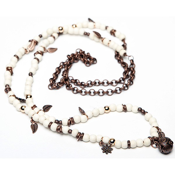 Sugarz dames ketting voorzien van houten kralen, afgewerkt met kleine bedels en hangers.